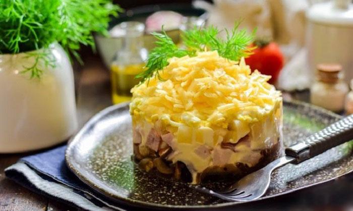 Салат из копчёной курицы, ананасов и грибов