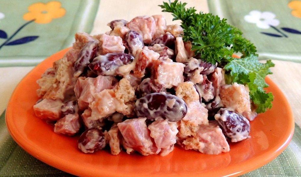 Салат из копчёной курицы, фасоли и гренок