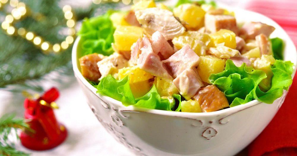 Салат из копчёной курицы, яиц и ананасов