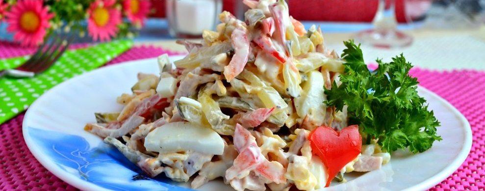 Салат из курицы, капусты и перца