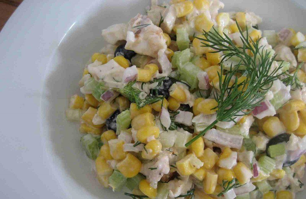 Салат из курицы, кукурузы и огурцов