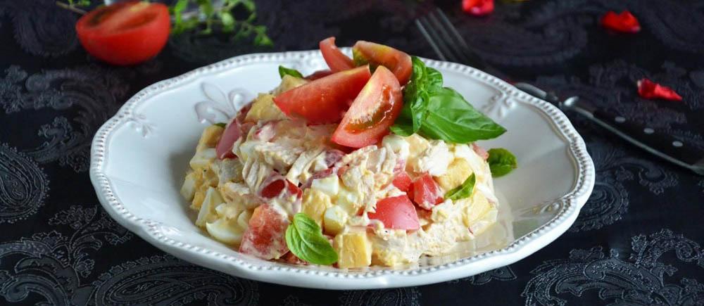 Салат из курицы, помидоров и сыра