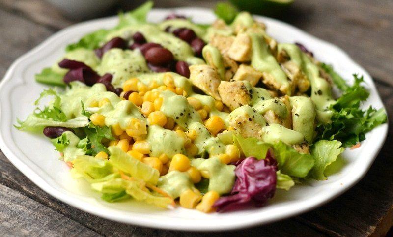 Салат с фасолью, курицей и кукурузой