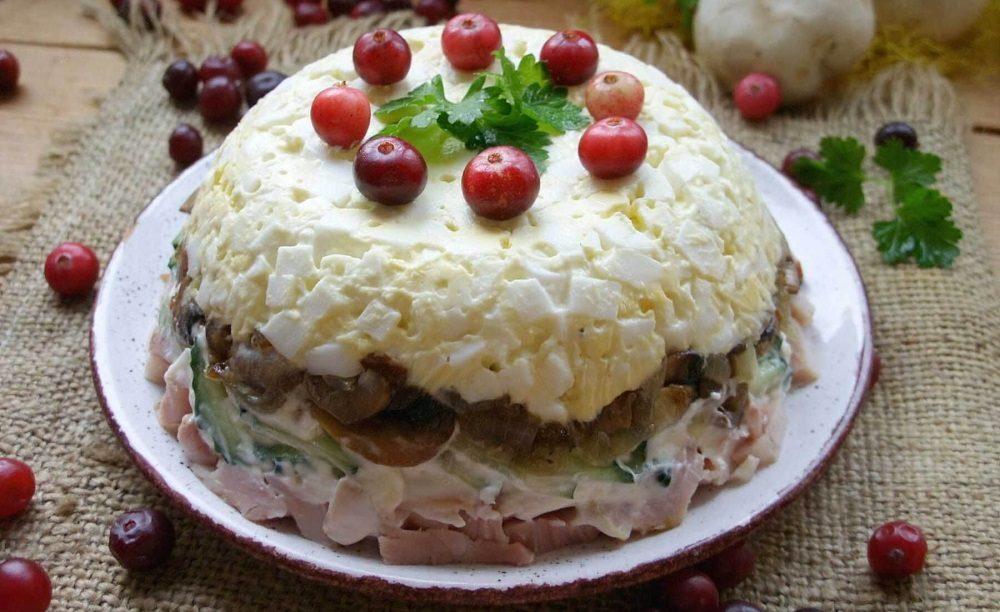 Салат с грибами, курицей и яйцами
