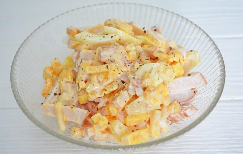 Салат с копчёной курицей, ананасами и кукурузой