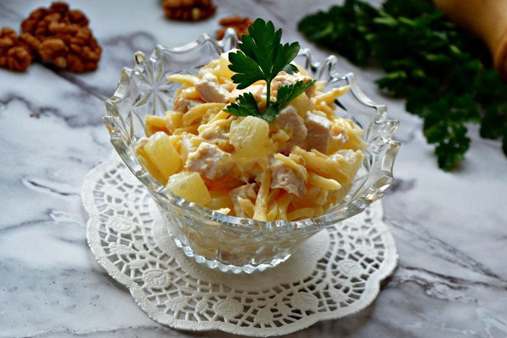 Салат с копчёной курицей, ананасами, сыром и чесноком