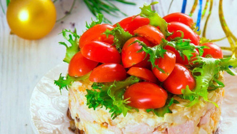 Салат с копчёной курицей и помидорами