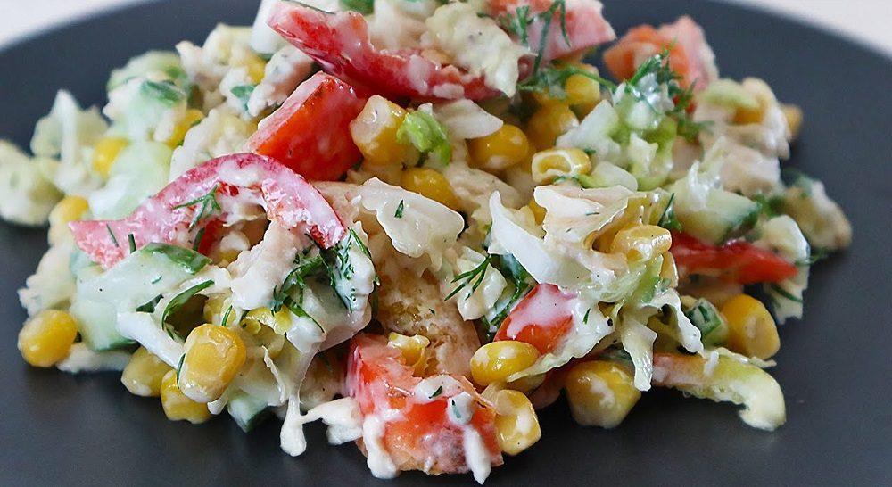 Салат с копчёной курицей, кукурузой и болгарским перцем