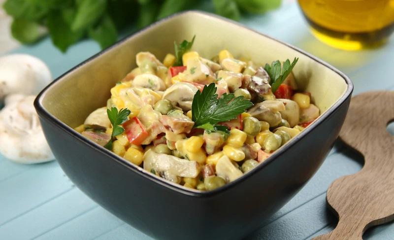 Салат с копчёной курицей, кукурузой и грибами