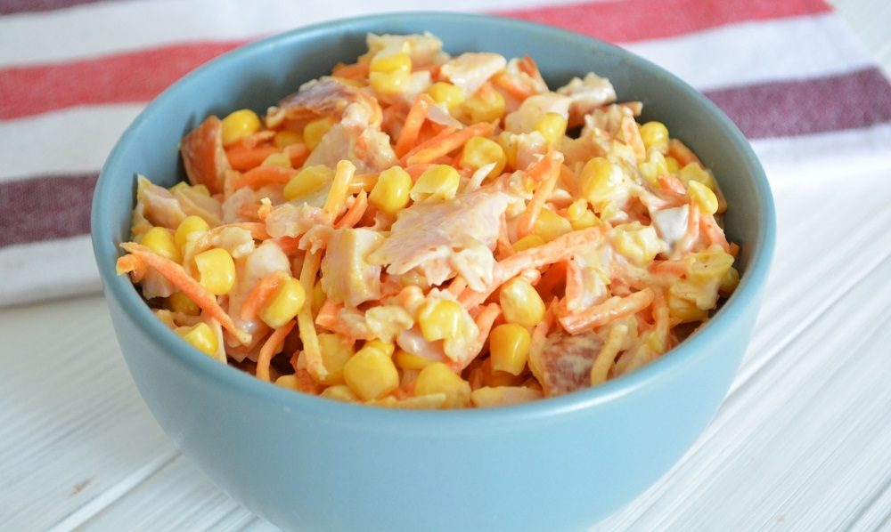 Салат с копчёной курицей, кукурузой и корейской морковью