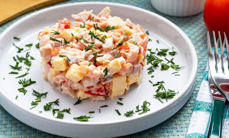 Салат с копчёной курицей, кукурузой и помидором
