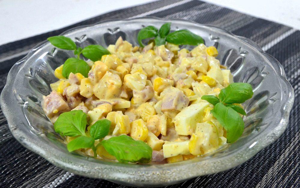 Салат с копчёной курицей, кукурузой и свежим ананасом