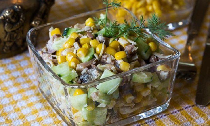 Салат с копчёной курицей, кукурузой и сыром