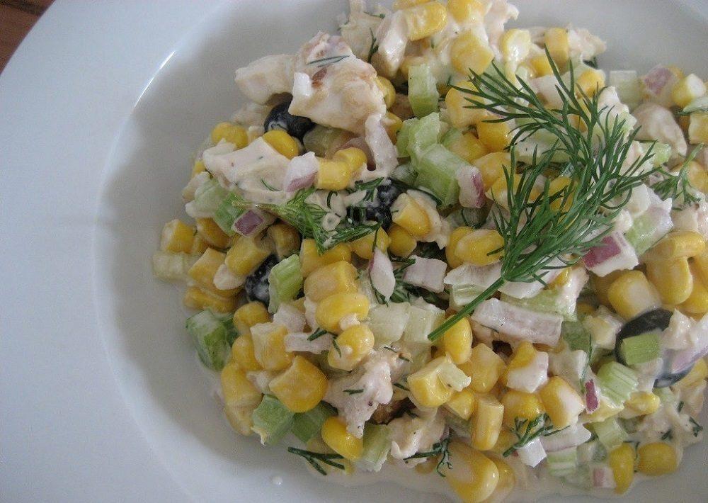 Салат с копчёной курицей, кукурузой и яйцом
