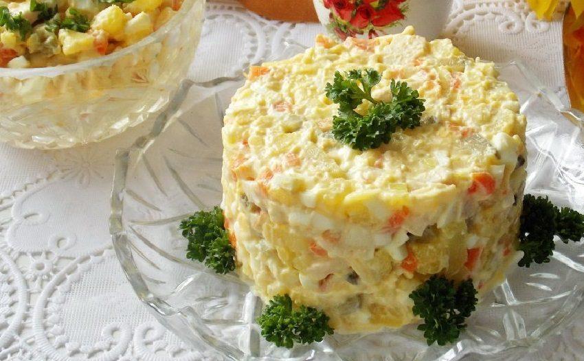 Салат с копчёной курицей, яйцами сыром и картофелем