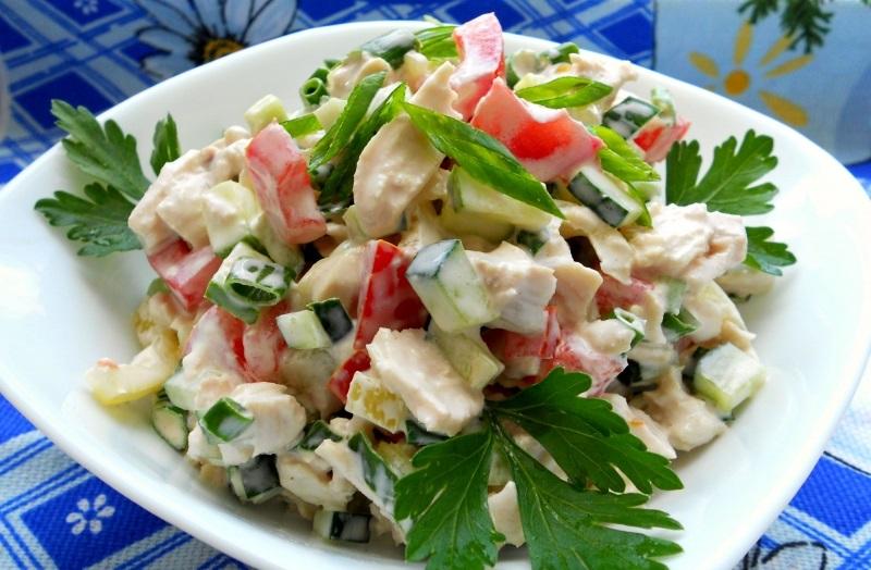 Салат с копчёной курочкой, овощами и сухариками