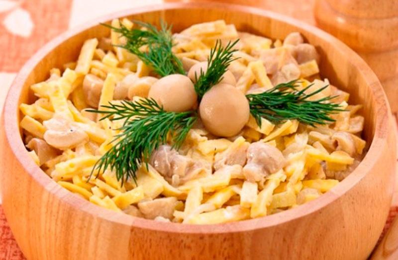 Салат с курицей, блинами и маринованными грибами