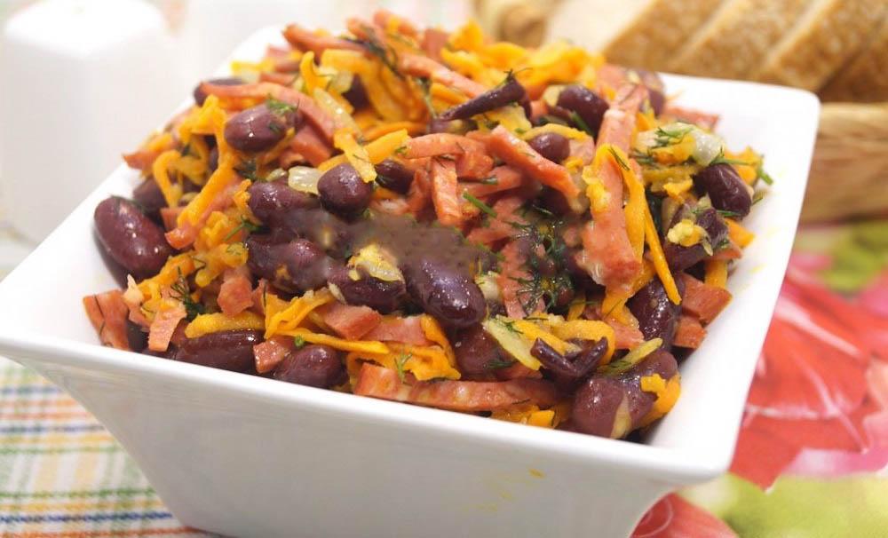 Салат с курицей, морковью и фасолью