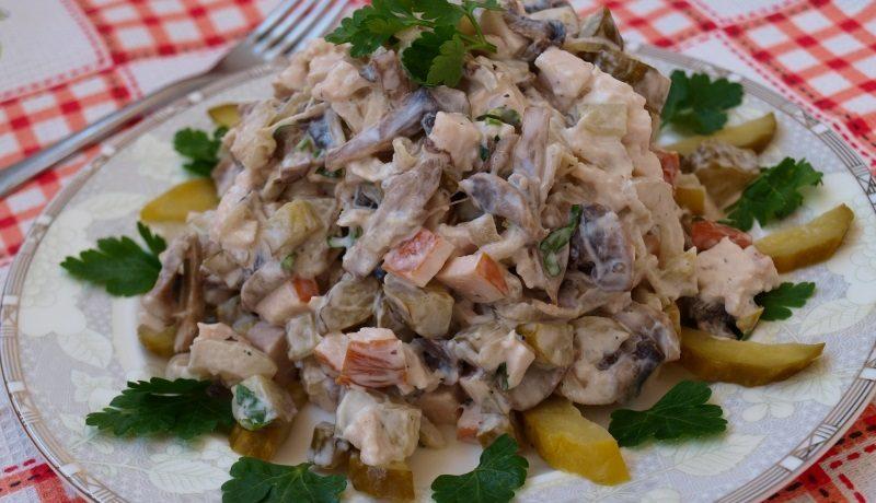 Салат с курицей, огурцами и грибами