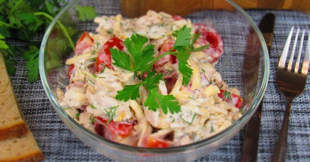 Салат с курицей, помидором и орехами