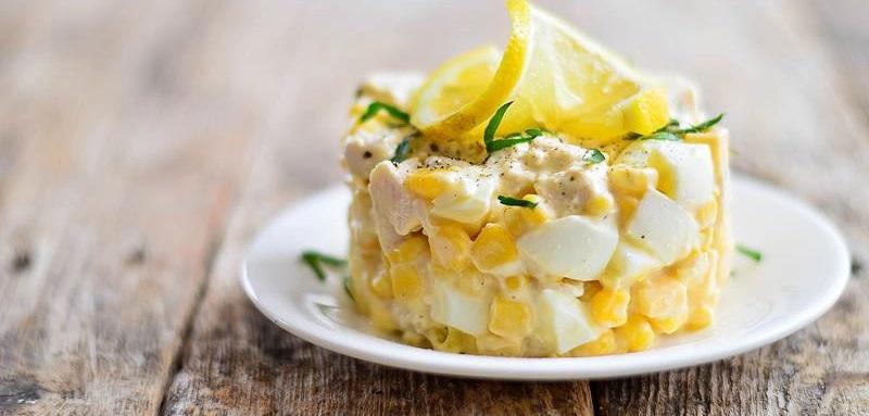 Салат с курицей, яйцом и кукурузой