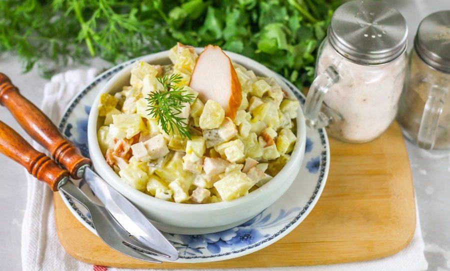 Салат с курицей, яйцами и квашеными огурцами