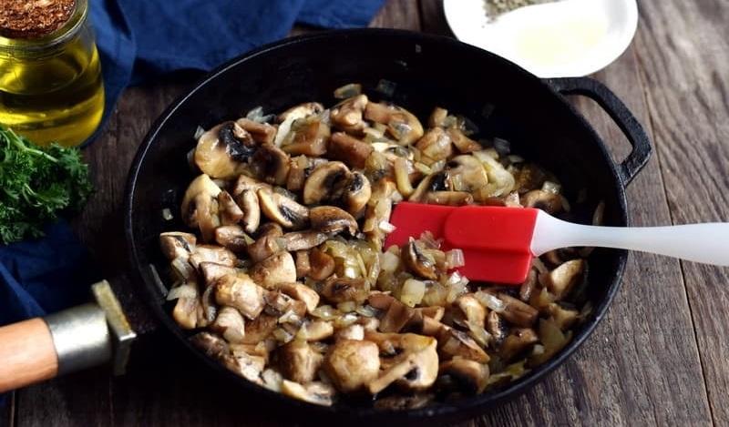 Шампиньоны с луком для салата с сухариками