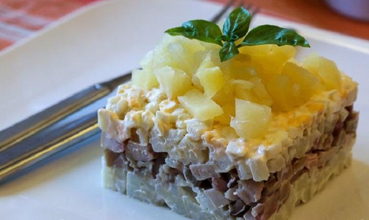 Слоёный салат с копчёной курицей и ананасом