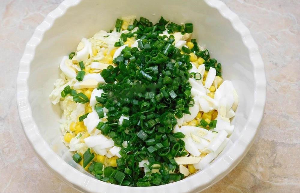Смешивание нежного салата с пекинской капустой