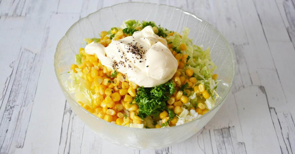 Смешивание салата с ананасом, курицей и капустой