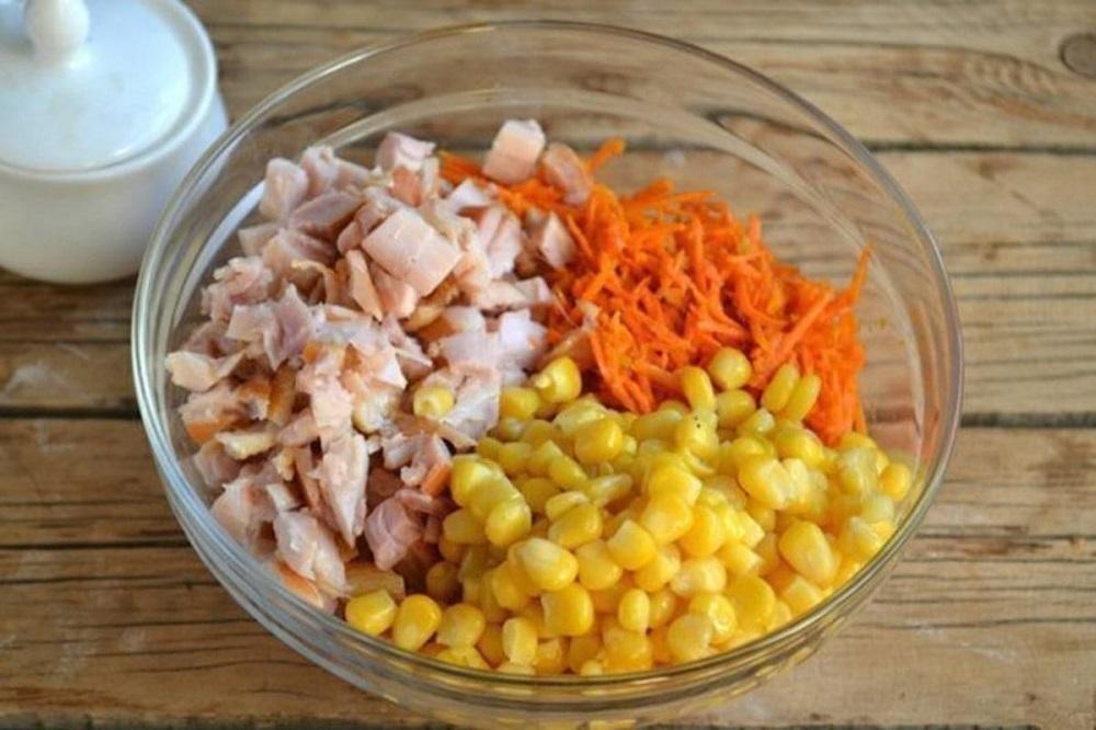 Смешивание салата с кукурузой