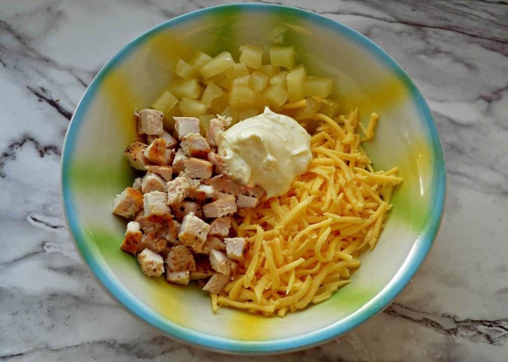 Смешивание курицы, ананаса и сыра