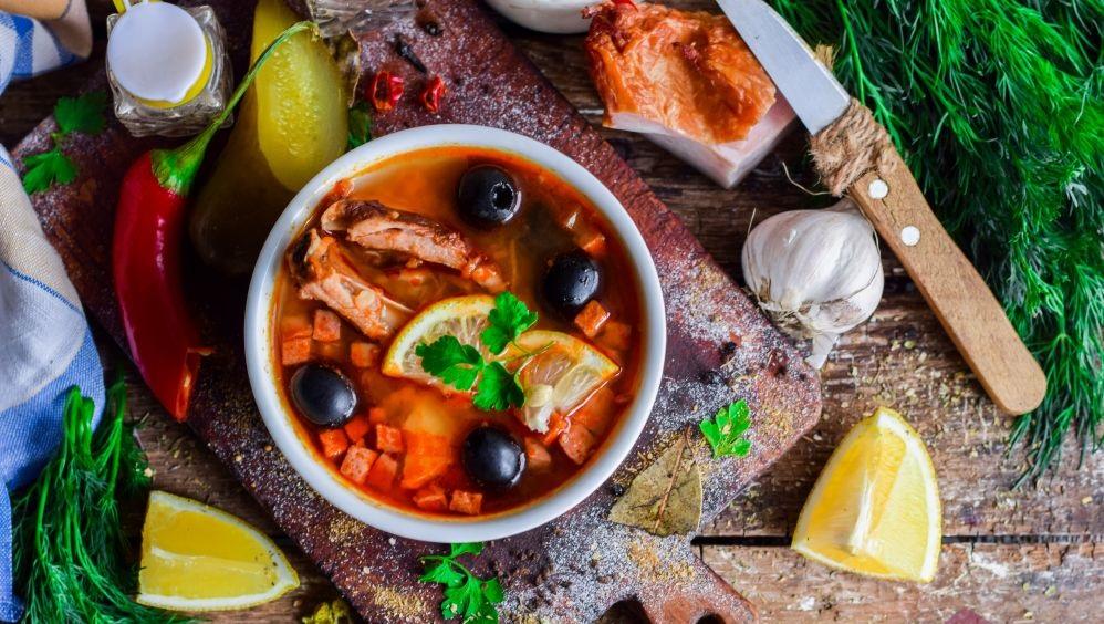 Солянка с колбасой и копчеными ребрышками