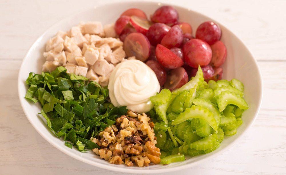 Состав салата из копчёной курицы, винограда и сельдерея