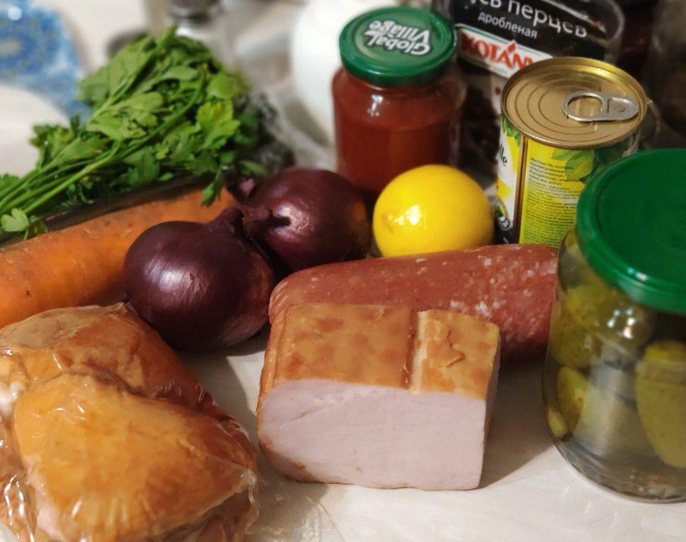 Состав солянки с копчёными рёбрышками и колбасой