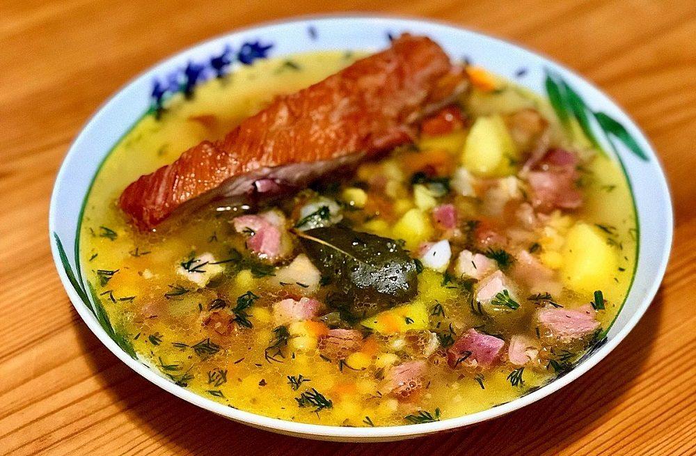 Суп с горохом, ребрышками, колбасой и говядиной