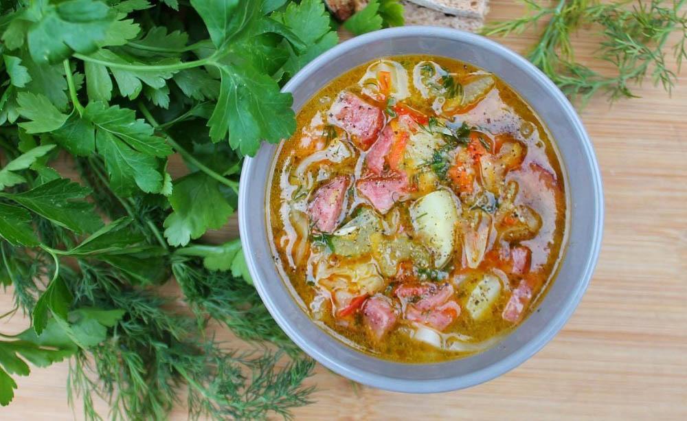 Суп с колбасой и яблоками