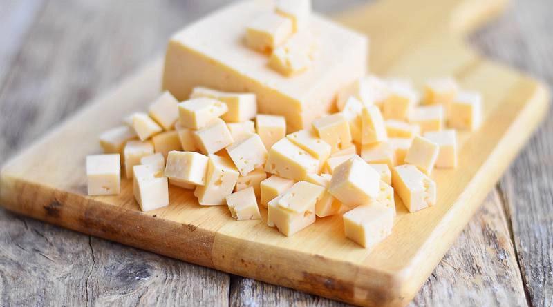 Твёрдый сыр кубиками