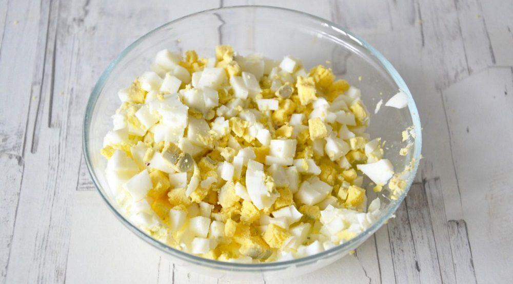 Варёные яйца для салата с ананасом
