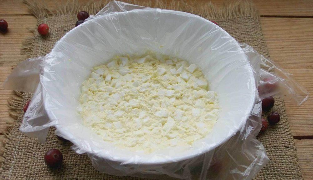 Яичный слой салата с курицей и грибами