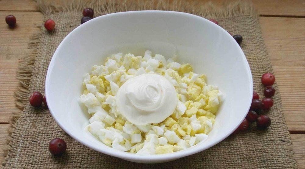 Яйца для салата с курицей и грибами