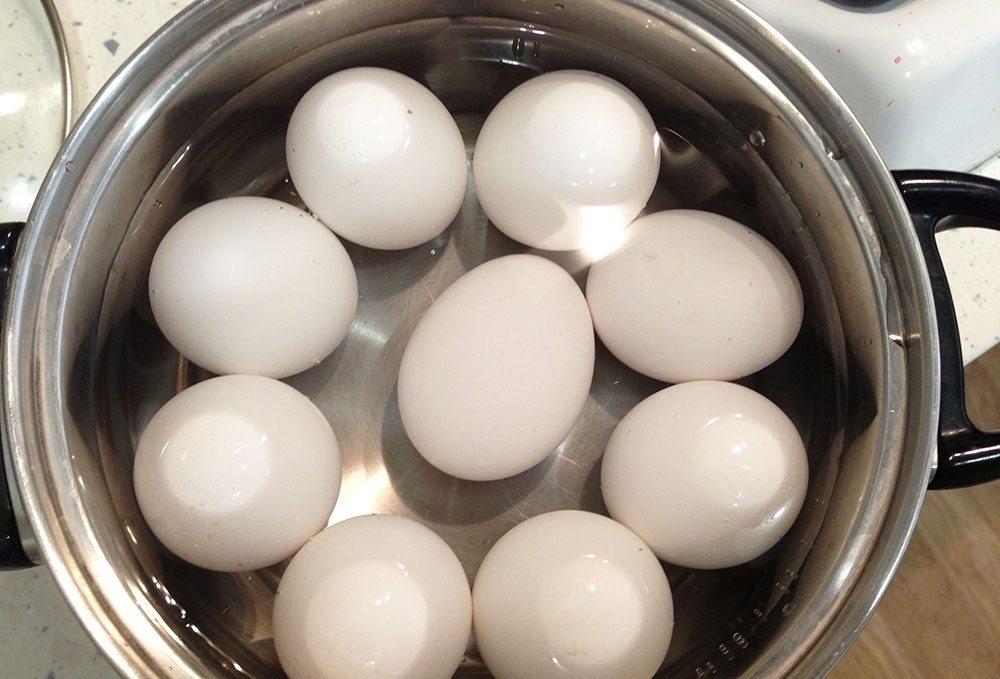 Яйца в кастрюле