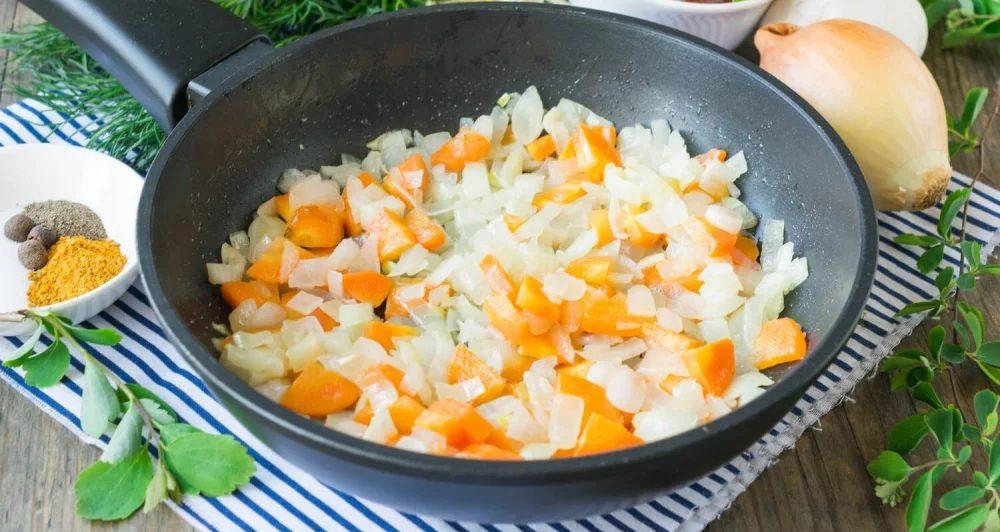 Зажарка лука и моркови