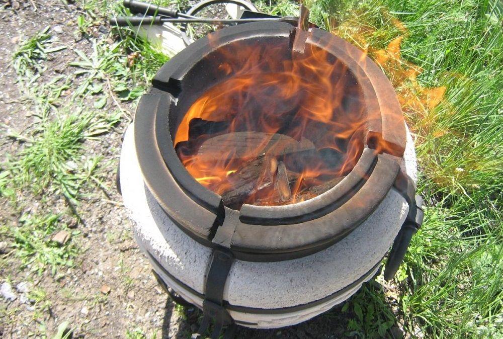 Растапливание тандыра для картофеля