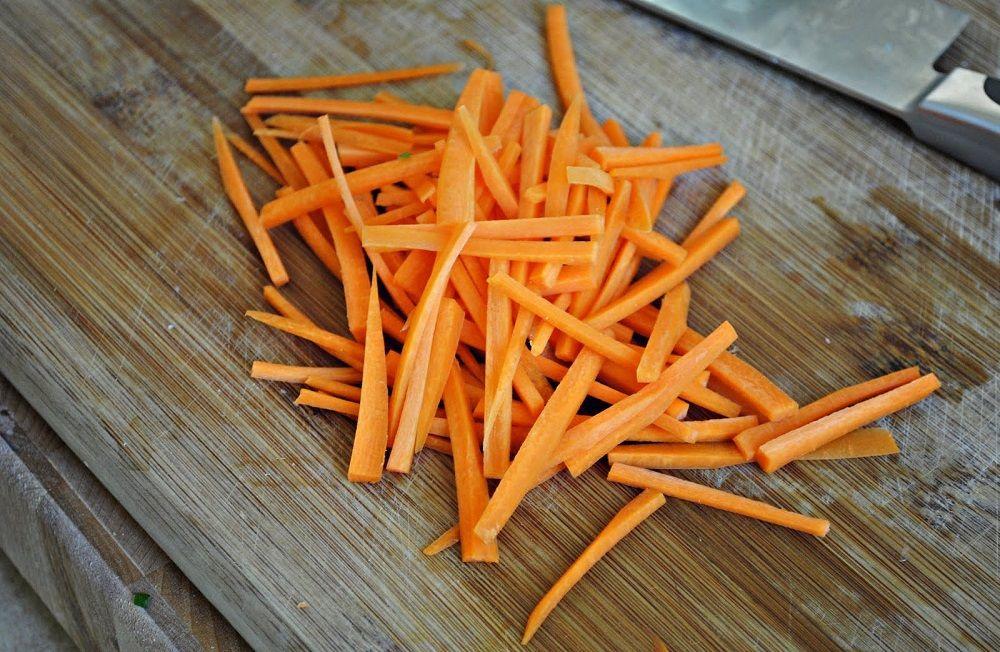 Крупной соломкой морковь