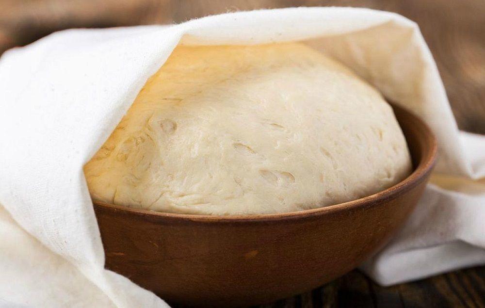 Сдобное тесто в миске