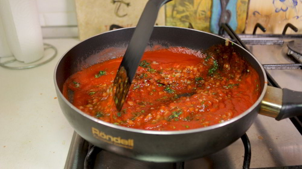 Добавление специй в армянский соус