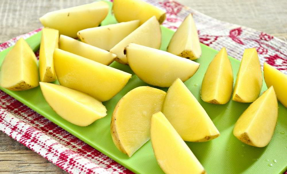 Картофель дольками на столе