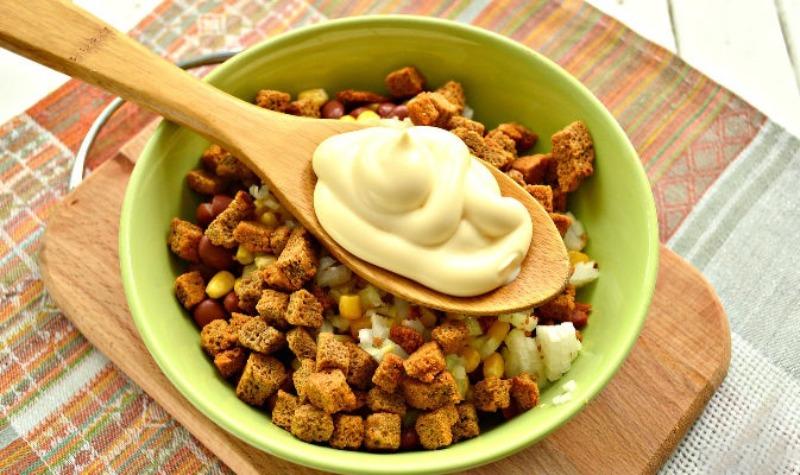 Колбаса, фасоль, кукуруза, сухарики и майонез