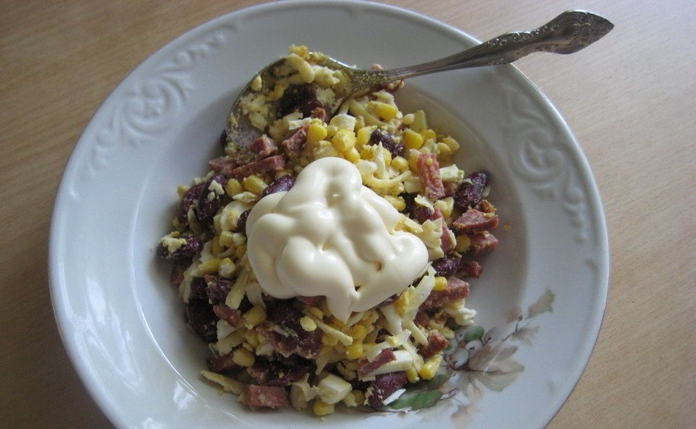 Колбаса, фасоль, кукуруза, сыр и майонез
